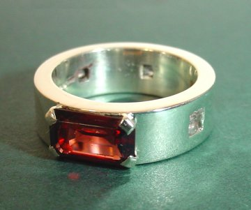 9ct white gold engagement ringwith a rhodolite garnet and 5sapphires