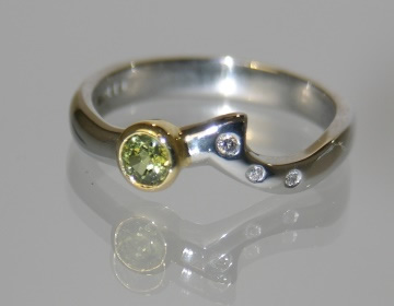 green sapphire and diamond platinum ring with yellow gold detail