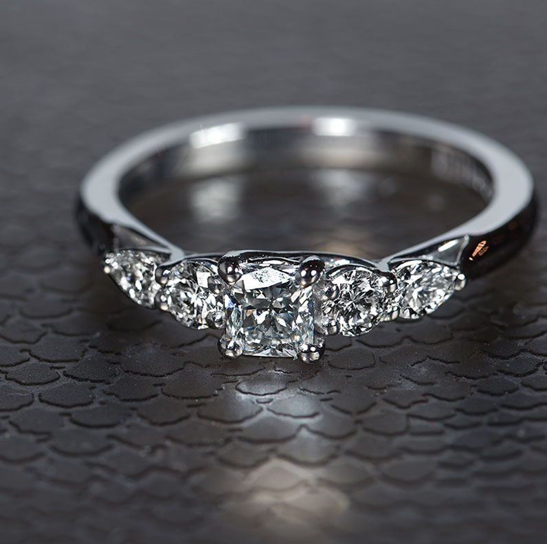16931-five-stone-engagement-ring-with-weaving-claw-design_9.jpg