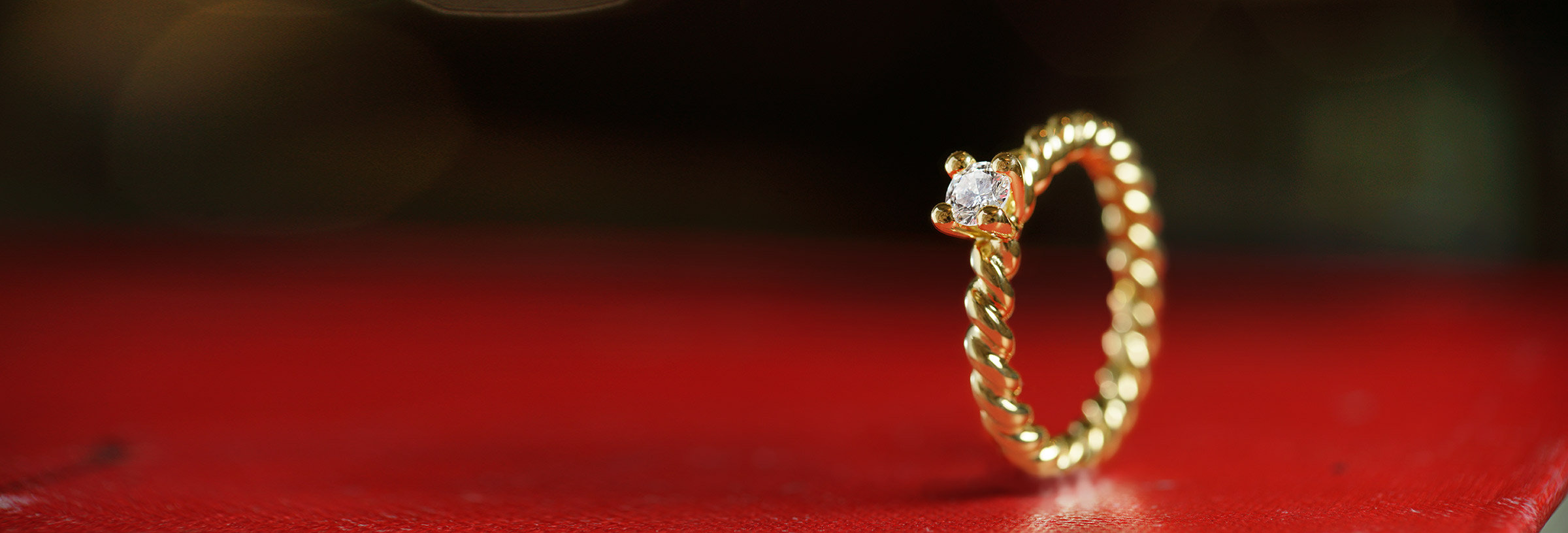 yellow-gold-twisting-band-solitaire-diamond-engagement-ring