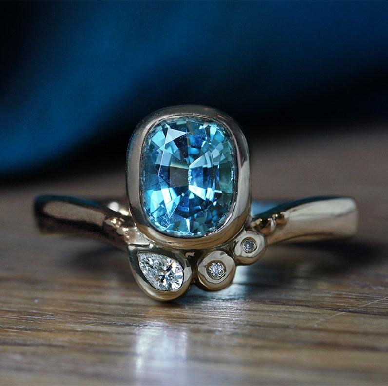 17986-white-gold-oval-cut-aquamarine-and-diamond-engagement-ring_9.jpg